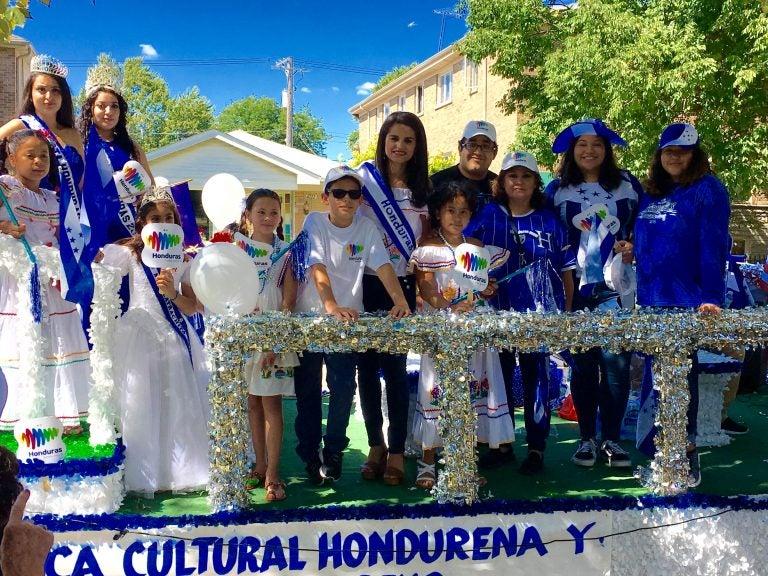 Al ritmo de la Banda Blanca, migrantes hondureños celebran su día en EEUU