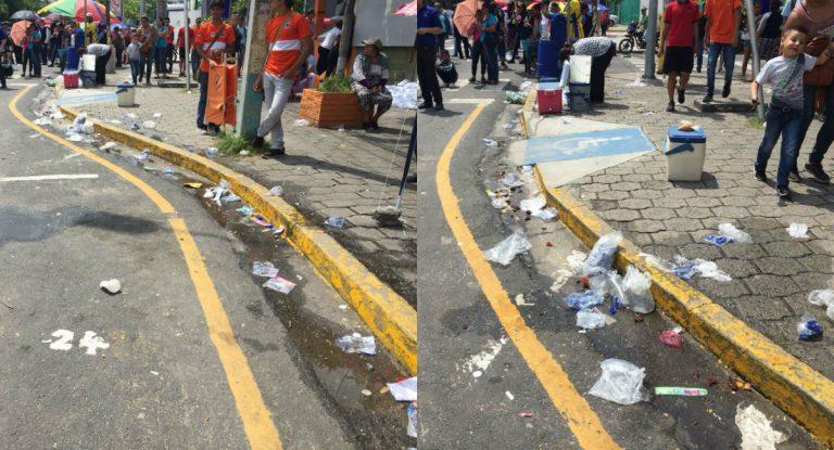 Llenas de basura, así se miraban las calles sampedranas durante los desfiles