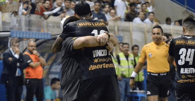 Maradona y el carísimo regalo a Vinicio Angulo tras gane ante Cafetaleros