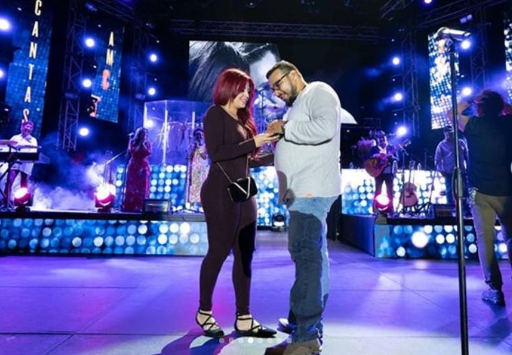 Proponen matrimonio a reconocida periodista en el concierto de Carlos Vives
