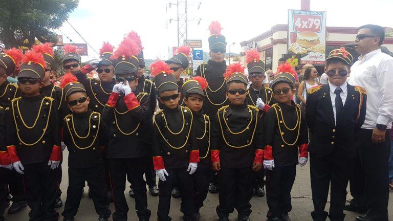 El civismo y colorido se apoderaron de la capital en desfiles de escolares
