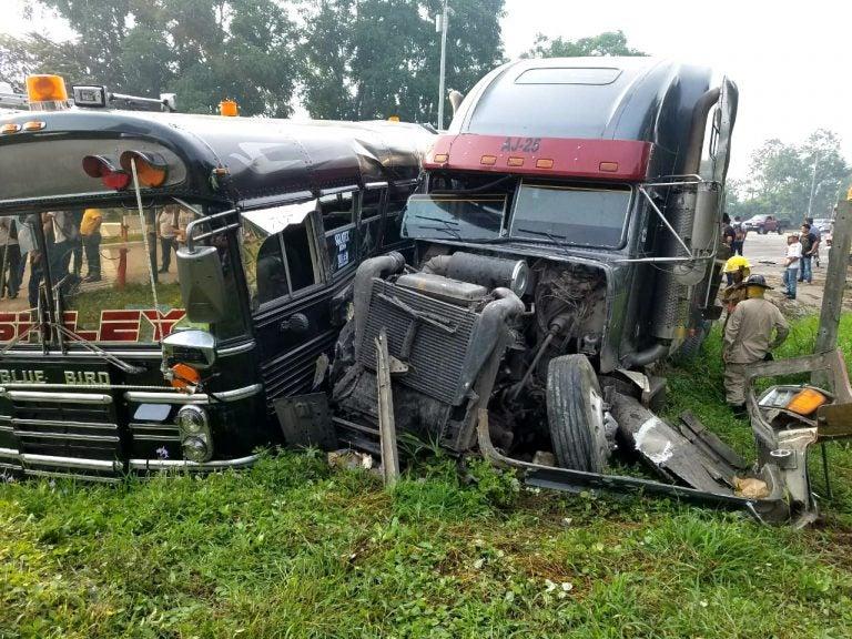 Bus interurbano colisiona con cabezal frente a industria textil en Choloma