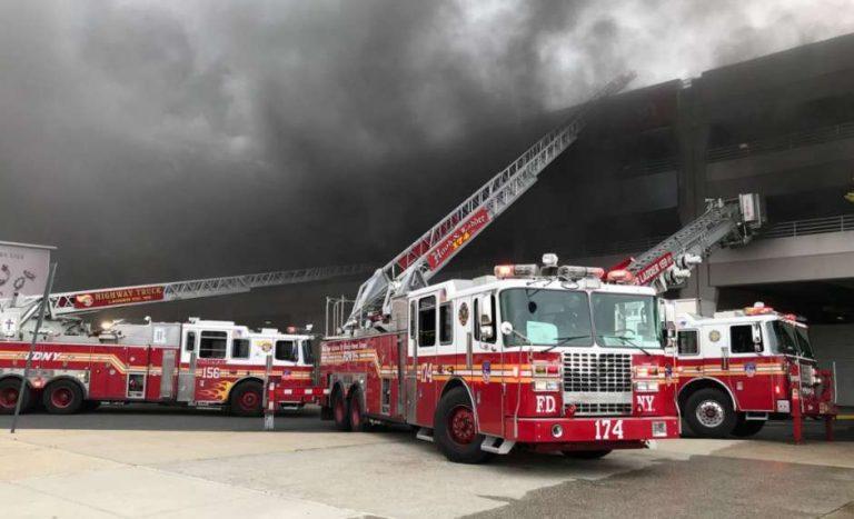EUA: masivo incendio de autos en Brooklyn casi se convierte en tragedia
