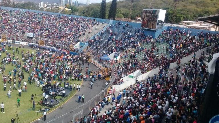 Tegucigalpa: lanzan bomba lacrimógena en pleno desfile en el Estadio Nacional