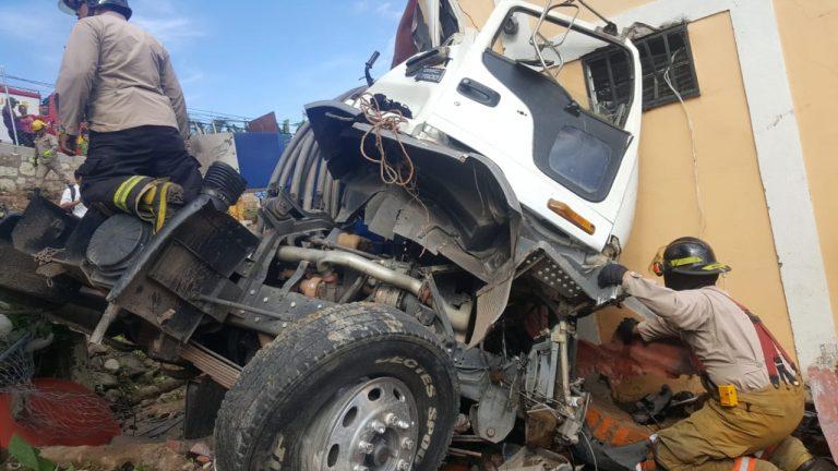 Camión se estrella en vivienda; un muerto y un herido en la salida al oriente