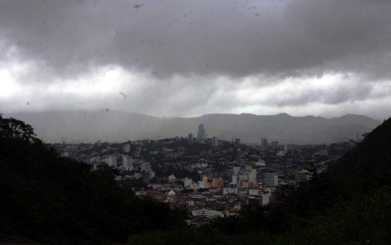 """CLIMA DE ESTA TARDE: Lluvias en todo el territorio nacional por """"empuje frío"""""""