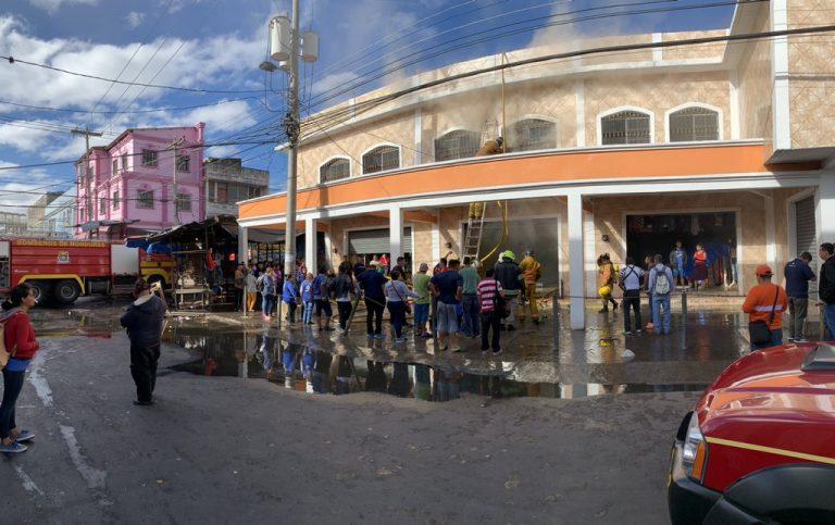 Voraz incendio en el Mercado Álvarez consume una bodega de calzado