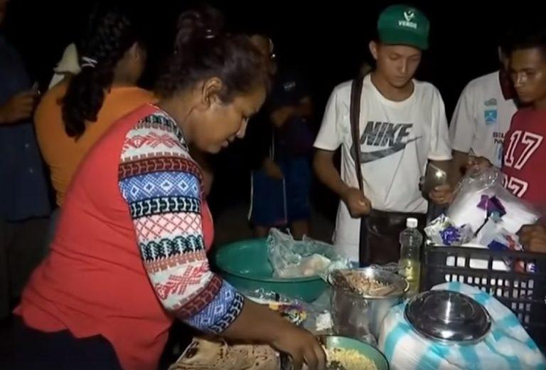 Hondureña en caravana de migrantes vende baleadas para subsistir en la travesía