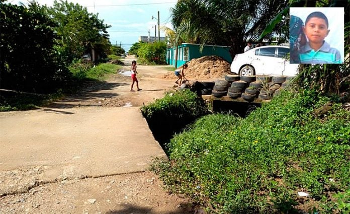 Continúan búsqueda de niño que cayó en caja puente en Tela