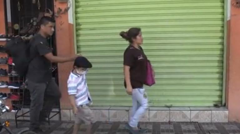 Niño hondureño con cáncer avanza en la caravana en busca de una cura en EEUU