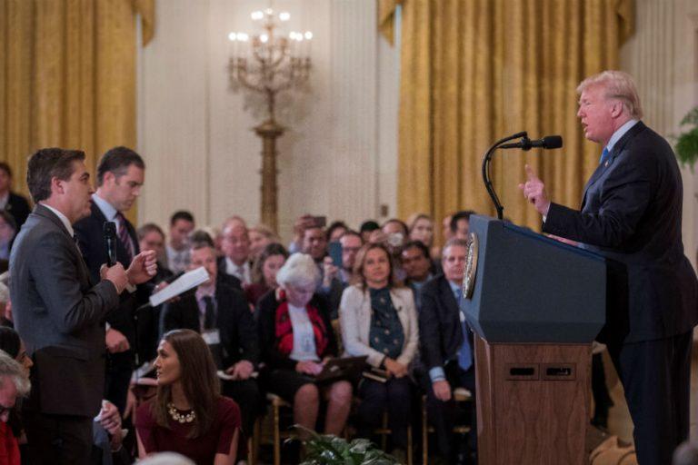 La Casa Blanca retira credencial a periodista de la CNN que se palabreó con Trump