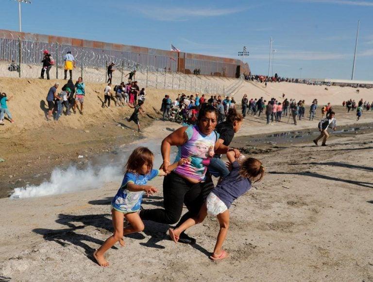Un centenar de migrantes trata de saltar la valla fronteriza entre México y EUA