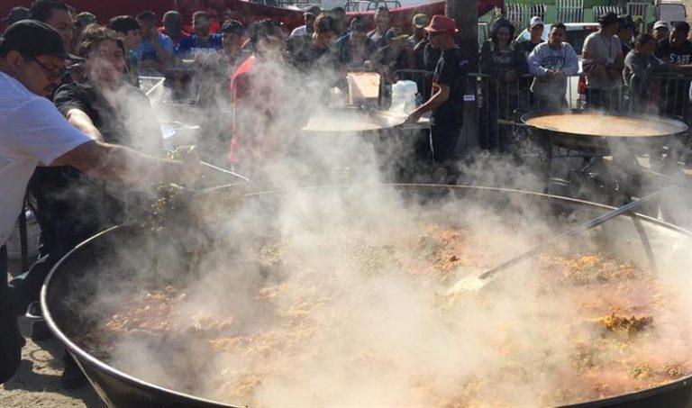 ¡Gran paella! Chefs internacionales cocinan para la Caravana de migrantes