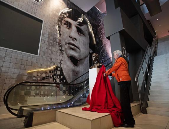 ¡Maravillosa! Estatua de Johan Cruyff es inaugurada en el estadio del Ajax