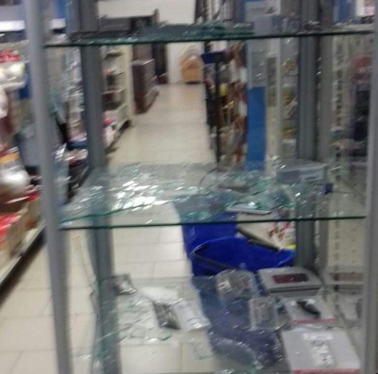 Choluteca: cámaras captan a supuestos protestantes asaltando una ferretería