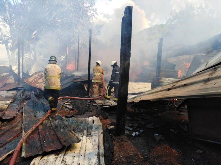 Incendio consume casa y bodega de plásticos en Cortés
