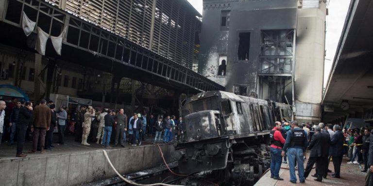 VIDEO:  25 muertos deja tren al estrellarse en una estación en Egipto