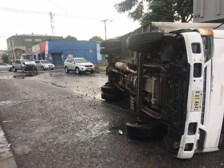 SPS: camioneta provoca volcamiento de un pesado camión