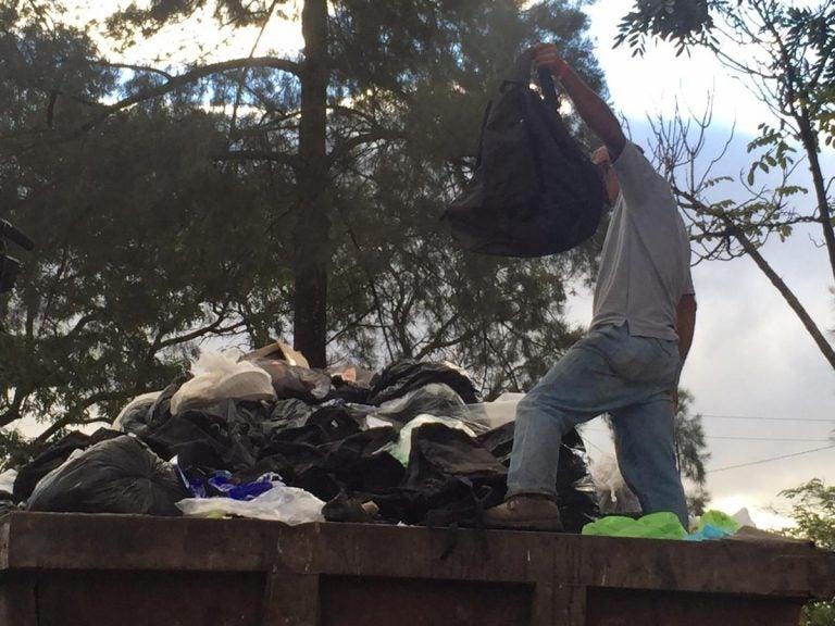 Carro del Estado bota cientos de mochilas en basurero capitalino