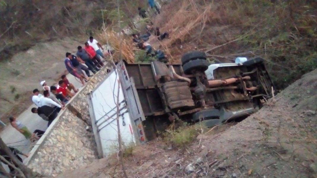 Camión lleno de migrantes centroamericanos vuelca en México