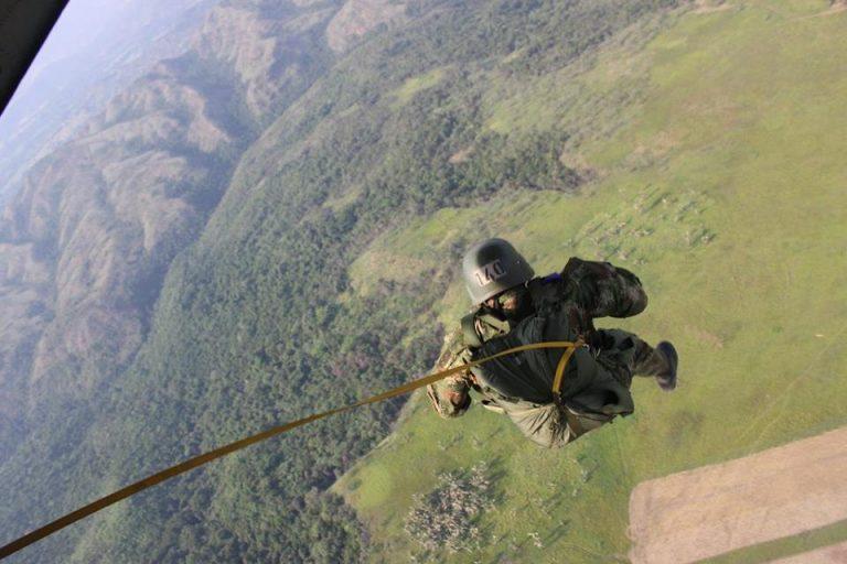 Paracaidista de la Fuerza Aérea Hondureña muere durante un espectáculo en La Unión, Lempira