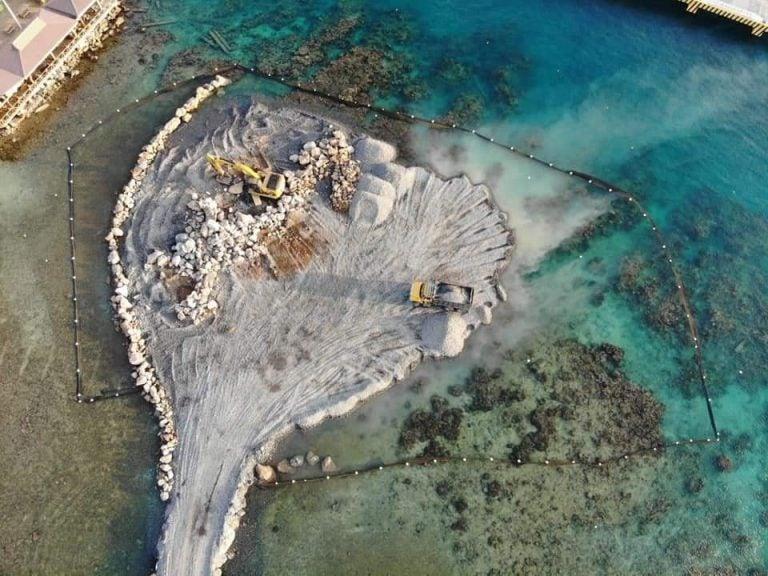 VÍDEO: ¡Indignante! En zona del arrecife coralino en Roatán inician construcción