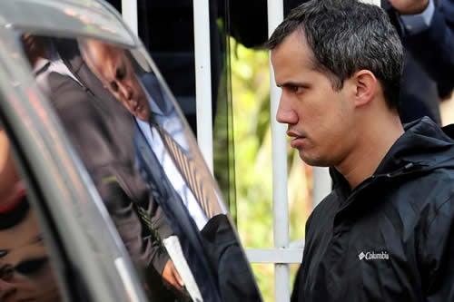 Atacan vehículo de Guaidó