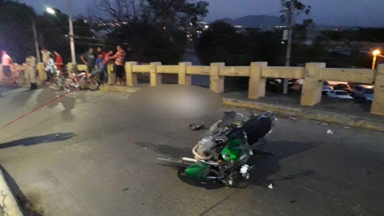 Motociclista se estrella aparatosamente cuando subía un puente en SPS