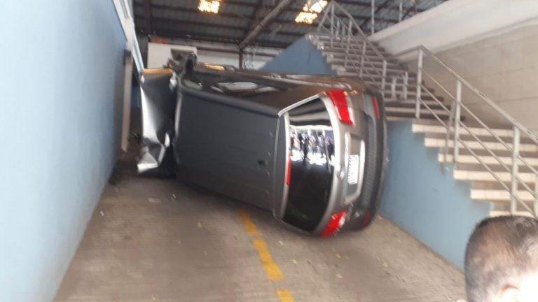 Inusual accidente en SPS: mujer intentaba estacionar su KIA y cae al piso inferior