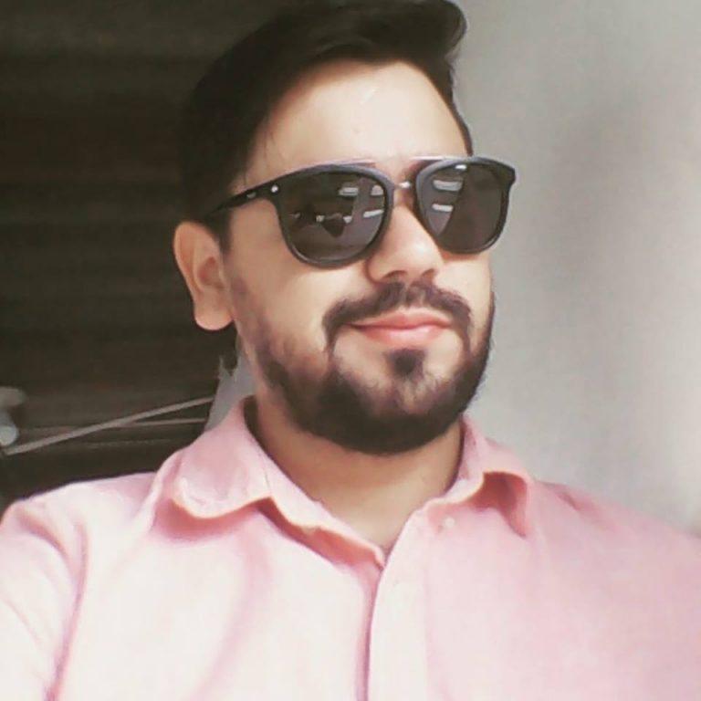 Cuando iba con su esposa e hija, muere estudiante de Medicina al estrellarse contra camión