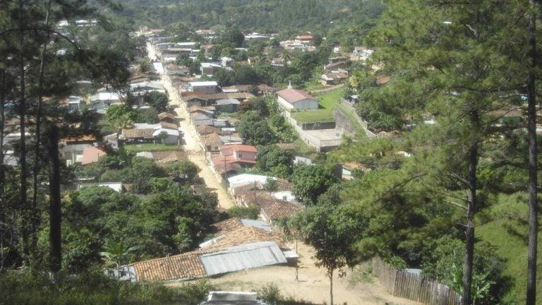 Jóvenes hondureños se baten a duelo con pistolas por el amor de una mujer