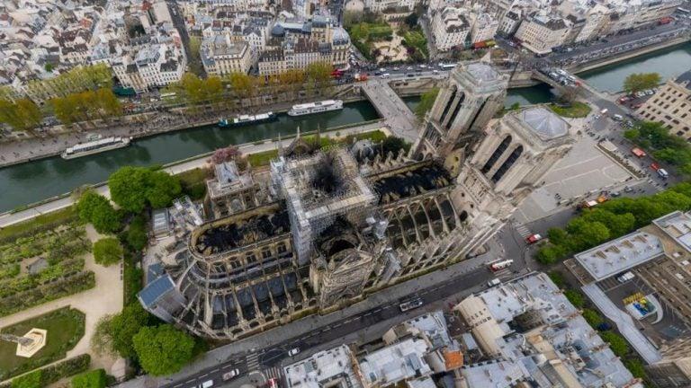 Imágenes de dron muestran los daños del incendio en Notre Dame