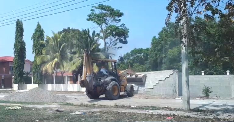 SPS: autoridades derriban un muro en Palos Verdes y los pobladores se indignan