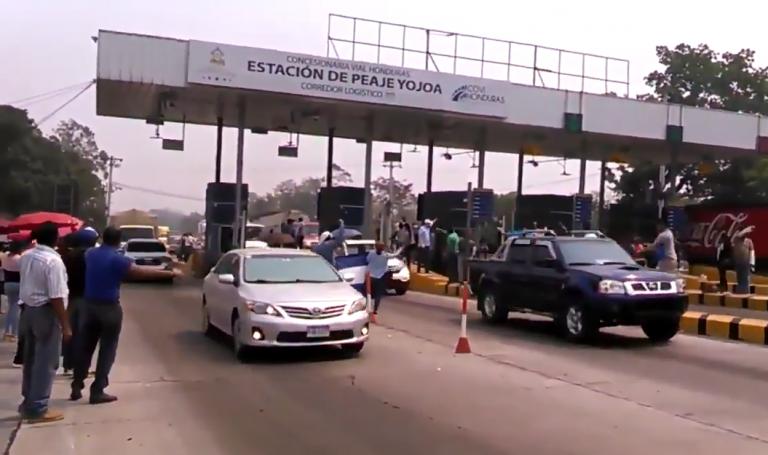 VIDEO: Conductores favorecidos por la protesta de maestros en el peaje de Yojoa
