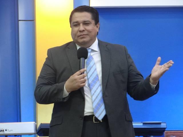 """Sobre pastores en política, Roy Santos aconseja no caer en la """"trampa"""""""