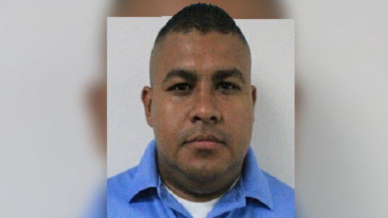 Allanan casa de presunto sicario y encuentran arma asignada al agente de la DPI en La Ceiba
