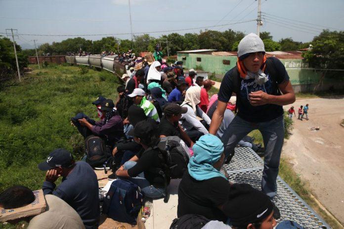 Detienen a 100 migrantes