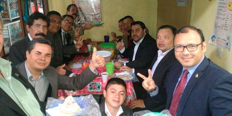 Diputados de LIBRE son captados desayunando en el mercado Los Dolores