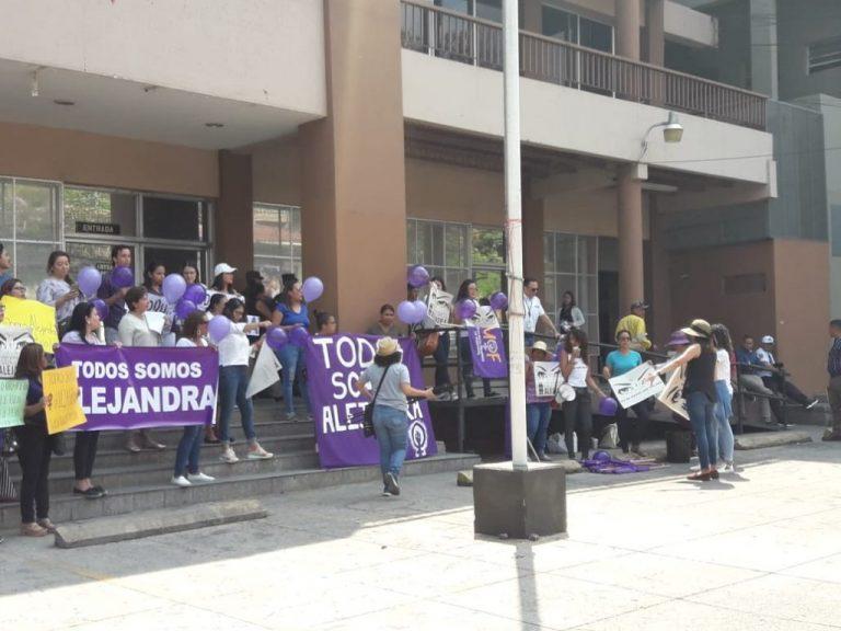 Familiares, amigos, conocidos y desconocidos llegan al MP a exigir justicia para Alejandra