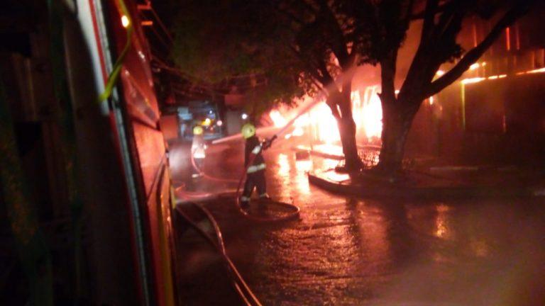 Voraz incendio consume cinco negocios de mercado municipal en Juticalpa