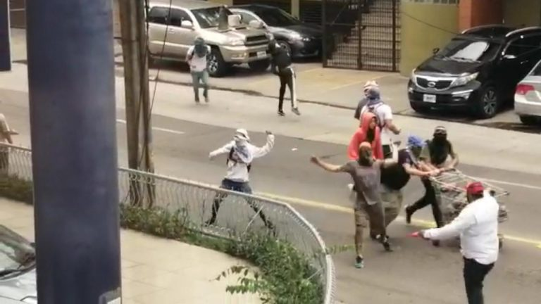 VÍDEO – Protestas en la capital: saquean tienda y lanzan piedras a edificio del TSE