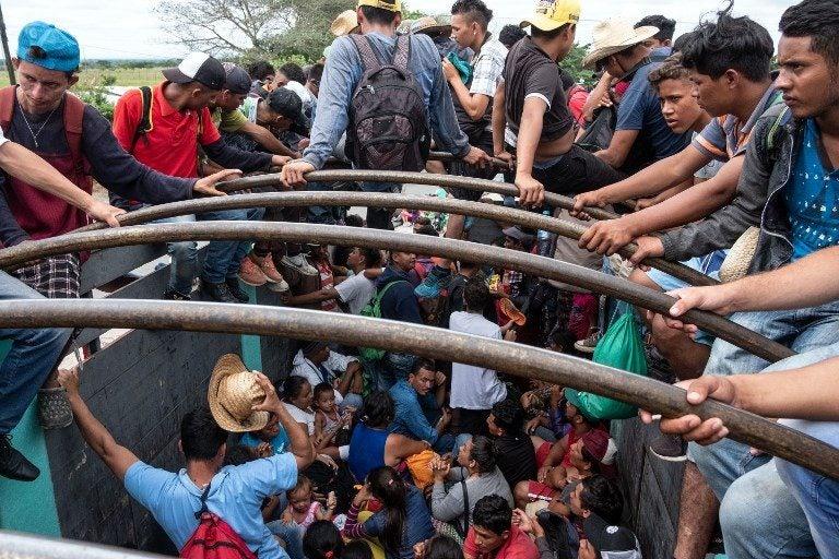 Insalubridad amenaza a migrantes detenidos: hacen cola para ir hasta al baño