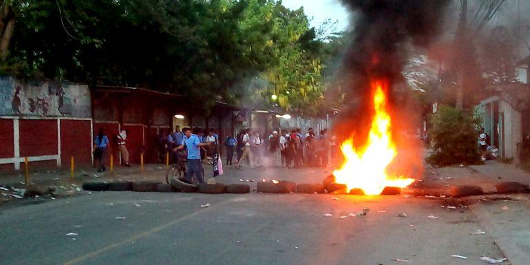¡No hay paso! Estudiantes se toman la calle frente al JTR; esto exigen