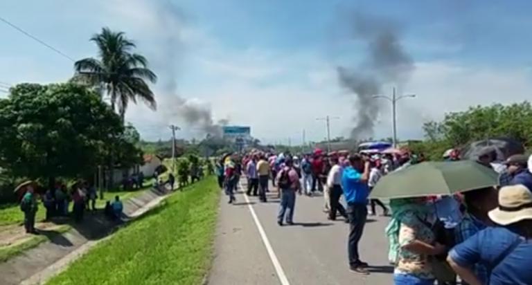 Protestas de maestros: antimotines lanzan bombas lacrimógenas en Santa Cruz de Yojoa
