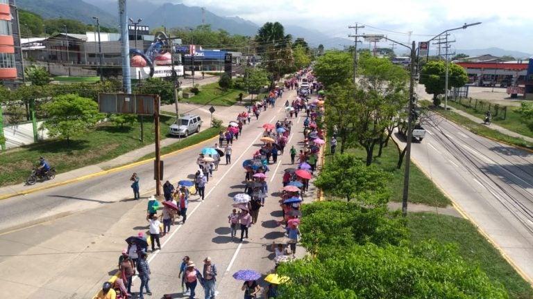 Médicos y maestros realizan manifestación pacífica en SPS