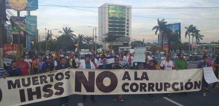 SPS: médicos y maestros marchan con antorchas de forma pacífica; exigen derogación de los PCM