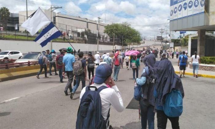 TGU: policías intentan llevarse a una joven pero manifestantes intervienen
