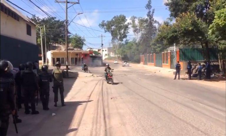 Estudiantes del Técnico Honduras se enfrentan con policías en colonia Kennedy
