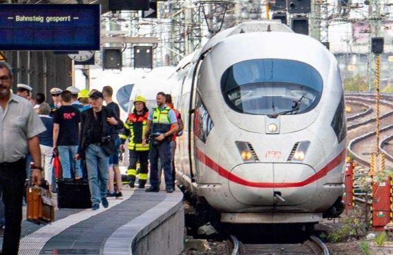Conmoción en Alemania: niño muere tras ser lanzado a las vías del tren