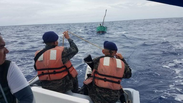 Fuerza Naval rescata a dos pescadores que quedaron a la deriva en Roatán